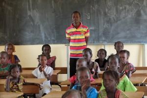 Classe de primaire du village de Pathe Gallo avec leur enseignant